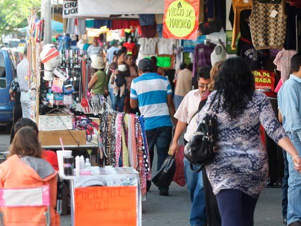 46069a9077d7 El Baratillo: El tianguis más grande de Guadalajara, es uno de los lugares  favoritos para comprar todo tipo de mercancía, y la ropa es de lo más  vendido en ...